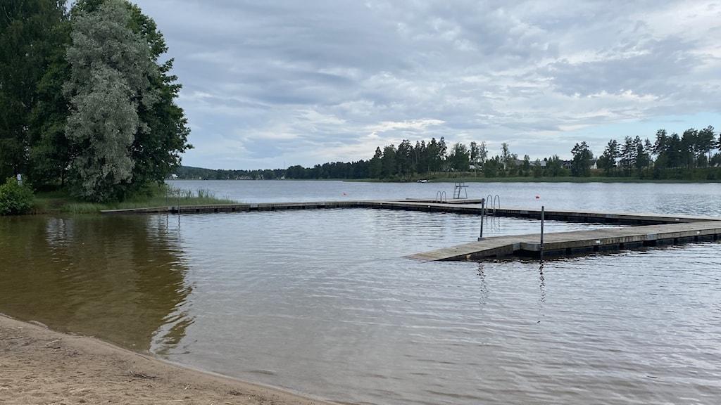 Badplats vid en sjö.