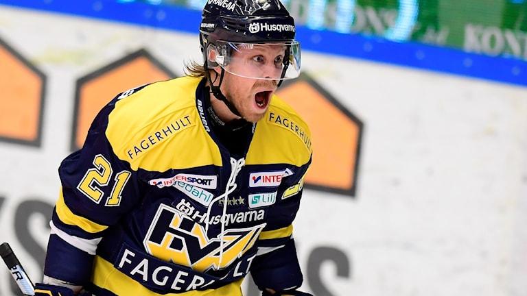 HV:s Mattias Tedenby jublar efter 3-2 målet under tisdagens ishockeymatch i SHL mellan HV71 och Luleå