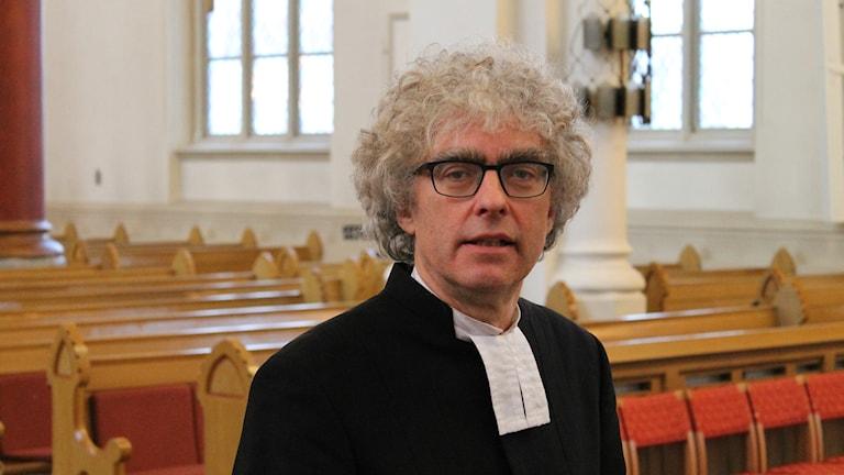 Torgny Wirén i begravningsskrud i en kyrka.
