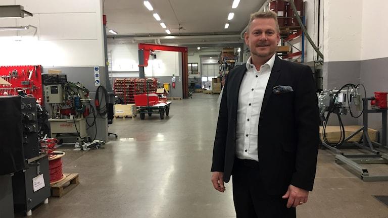Roger Simonson, vd på Aquajet Systems AB, står inne i produktionslokalen.