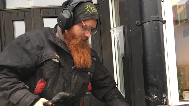Tony Skoog, plåtslagare. Foto: Frida Ohlin/Sveriges Radio.