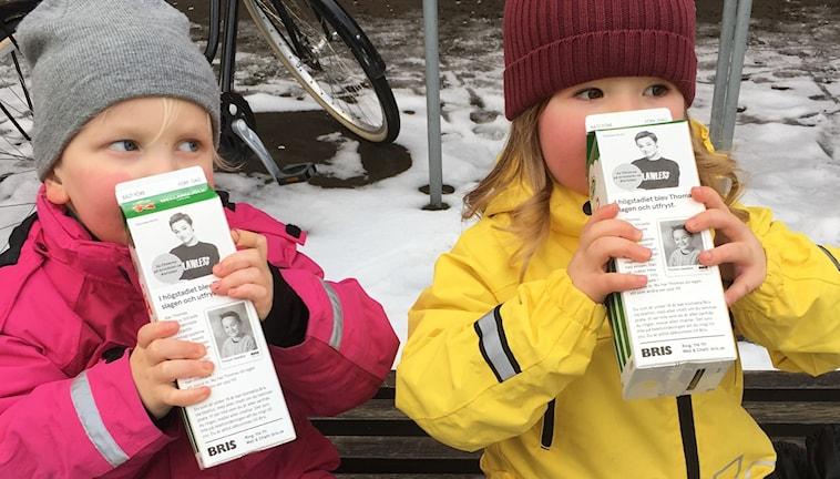 Kusinerna Ada och Philip dricker ur varsitt mjölkpaket. Båda är små barn.