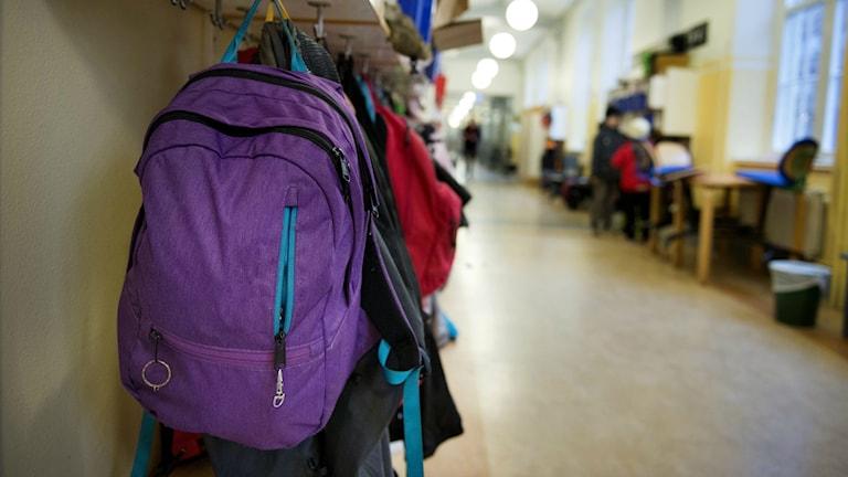 Ryggsäck i skolkorridor.