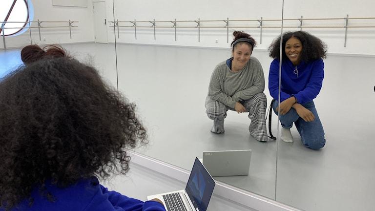 Danslärarna i en danssal med en dator framför sig.