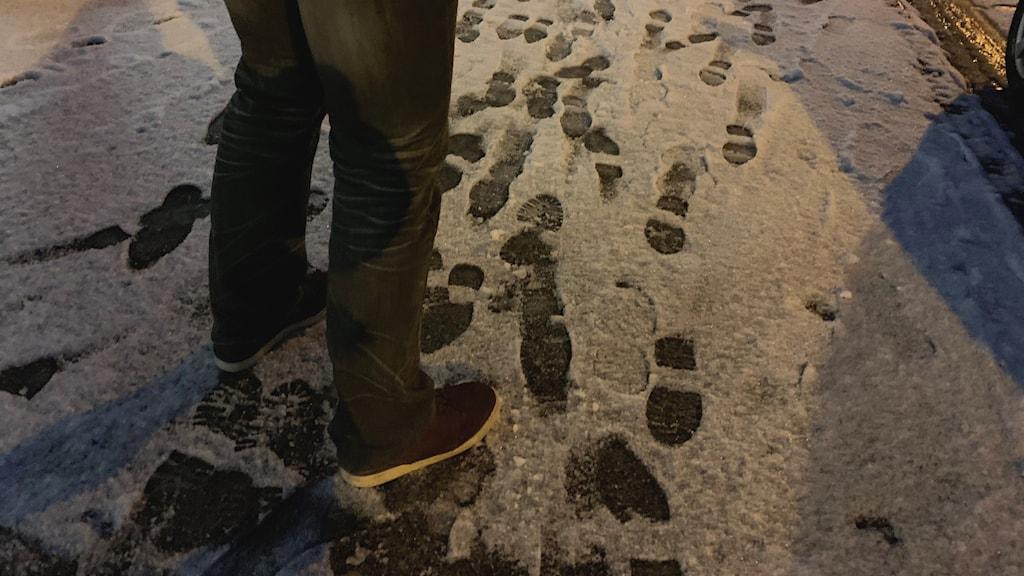 Anonym bild på två ben som står i snön.