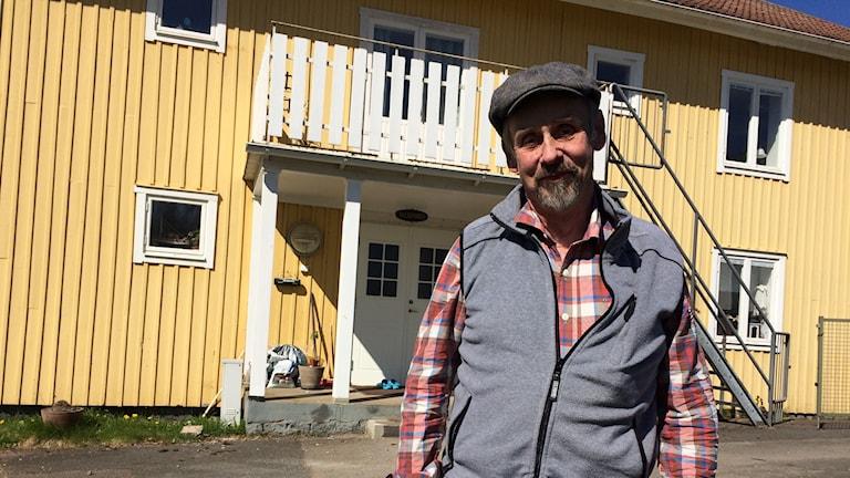 Anders Bronsek i Björköby står framför sitt gula hus.
