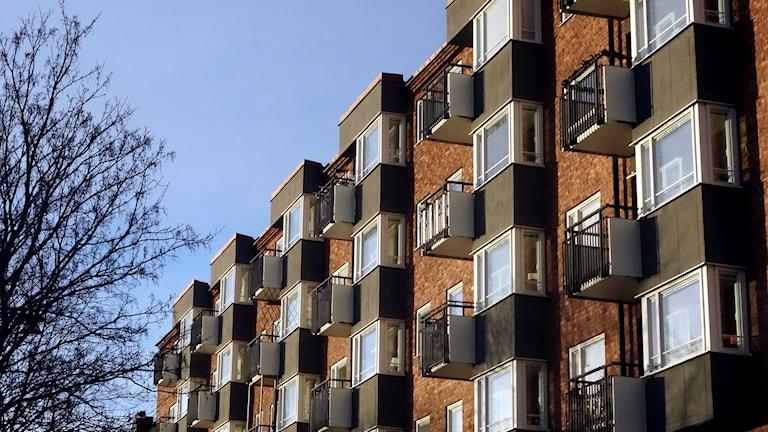 Ett tegelhus med många balkonger.