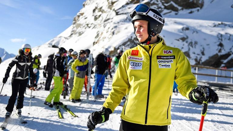 melie Wikström gör sig redo för dagens träning. Det svenska alpina landslaget tränar i Sölden, Österrike, inför den alpina världscup premiären.