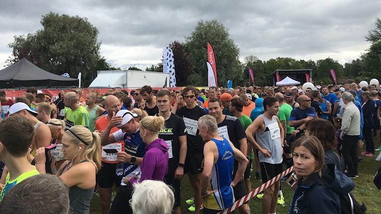 Löpare som gör sig redo för starten i Jönköping Marathon.