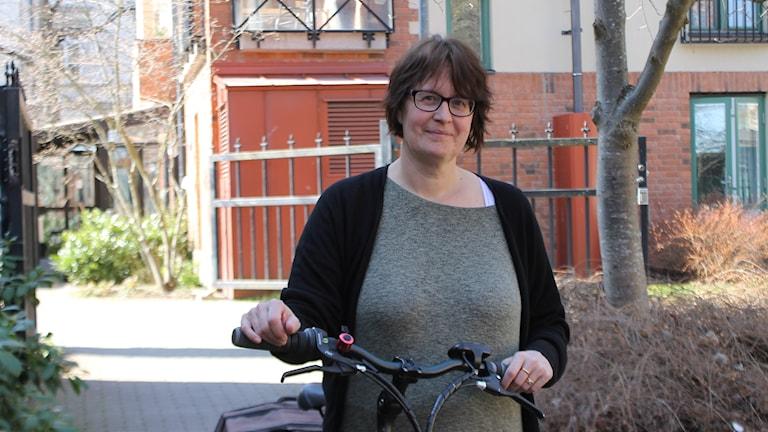 Inger Lindén vid sin cykel