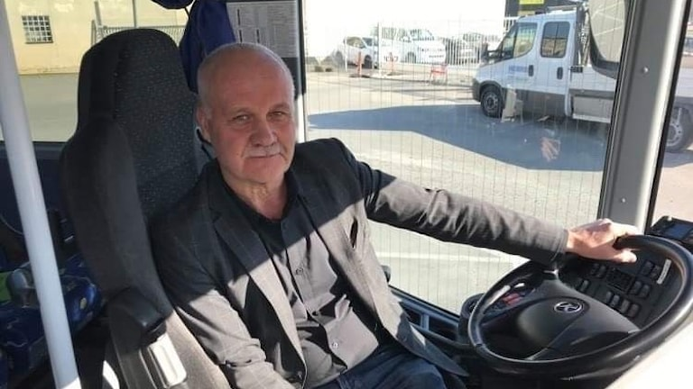 Porträtt på man i buss