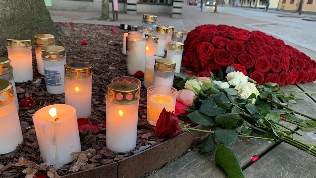 Ljus och röda rosor.