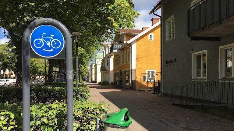 Cykelbana och en cykelbaneskylt i Tranås.