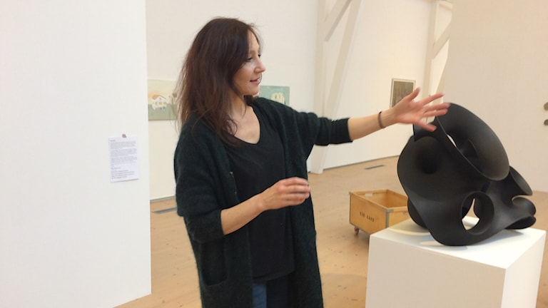 Eva Hild visar ett konstverk.