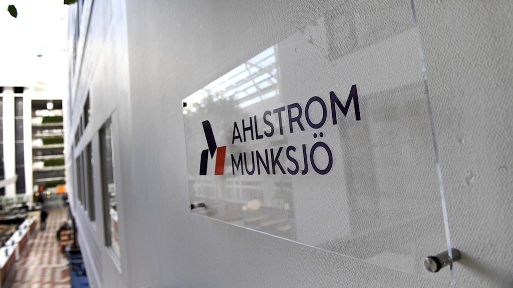 Bild på en skylt på Ahlstrom-Munksjö-loggan