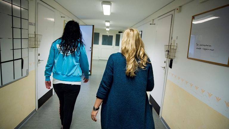 Behandlare och klient på ett LVM-hem som drivs av Statens institutionsstyrelse, SiS. Foto: Ann-Sofi Rosenkvist/SiS/TT Nyhetsbyrån.