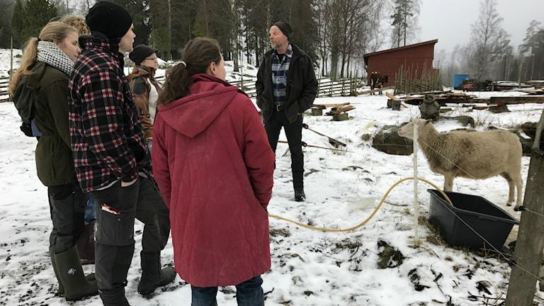 Några elever står framför Bengt Sjöberg på Allmogegården.