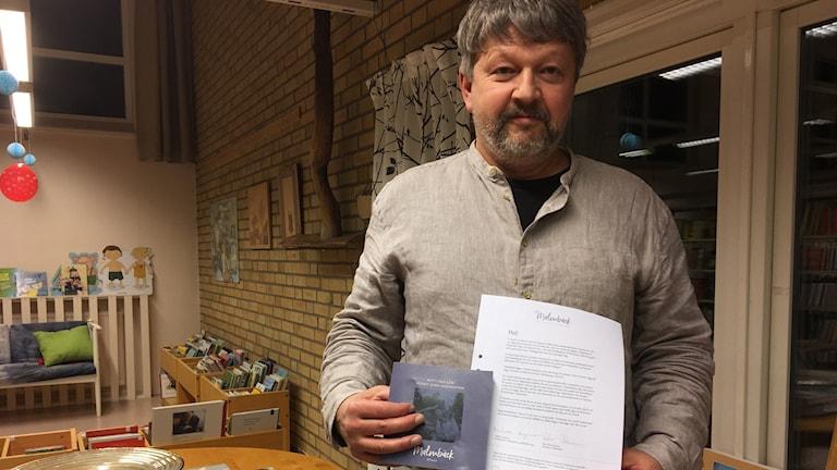 Mikael Lägermo håller i ett brev.