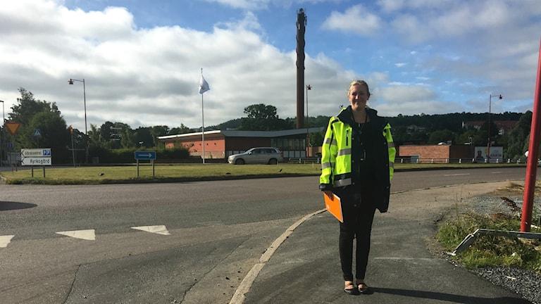Linda Gidevik står vid vägen utanför nya stadshuset i Huskvarna där rondell ska byggas.