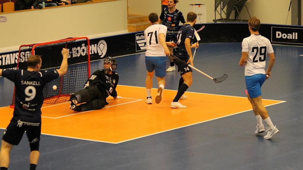 Mullsjös Daniel Gidske har precis styrt bollen i mål.