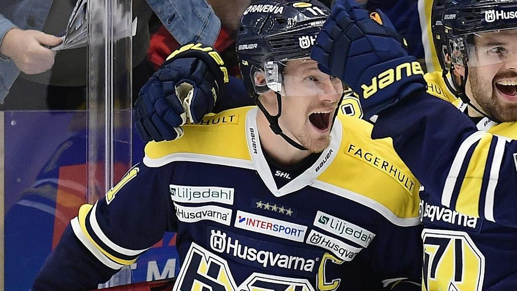 HV71-spelare firar ett mål.