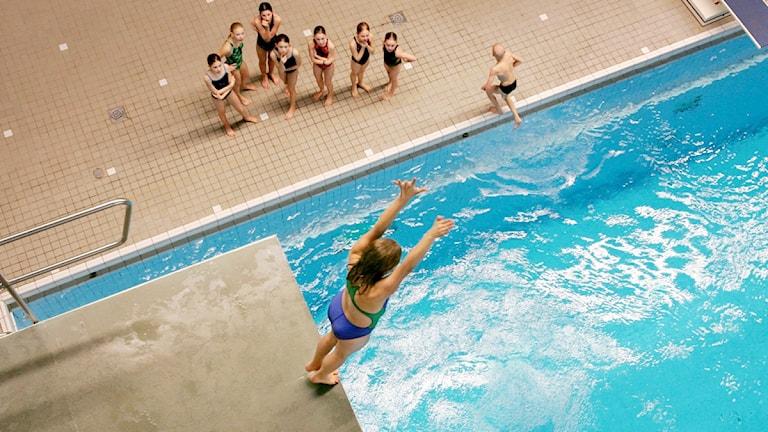 Barn vid simbassäng.