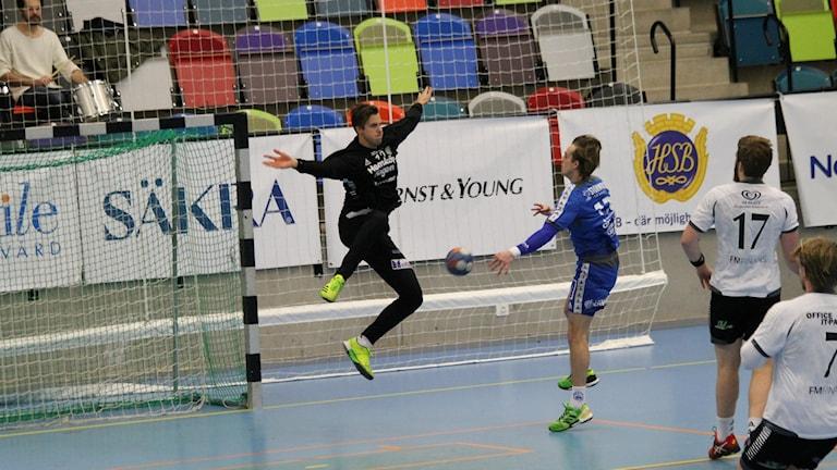 Hallbys Charles Hugosson överlistar Önnereds målvakt.