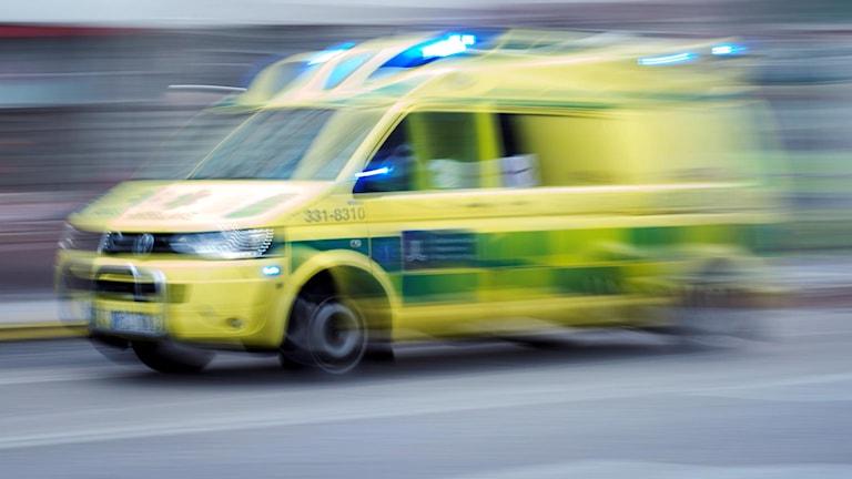 Ambulans på utryckning.