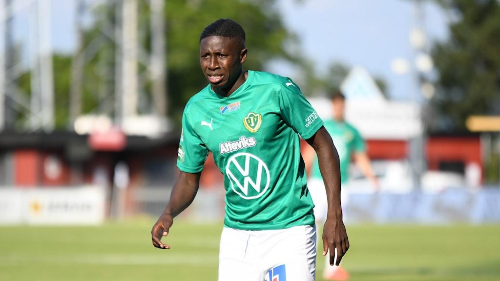 Pa Konate på fotbollsplan i Jönköpings Södras gröna tröja, utan boll.