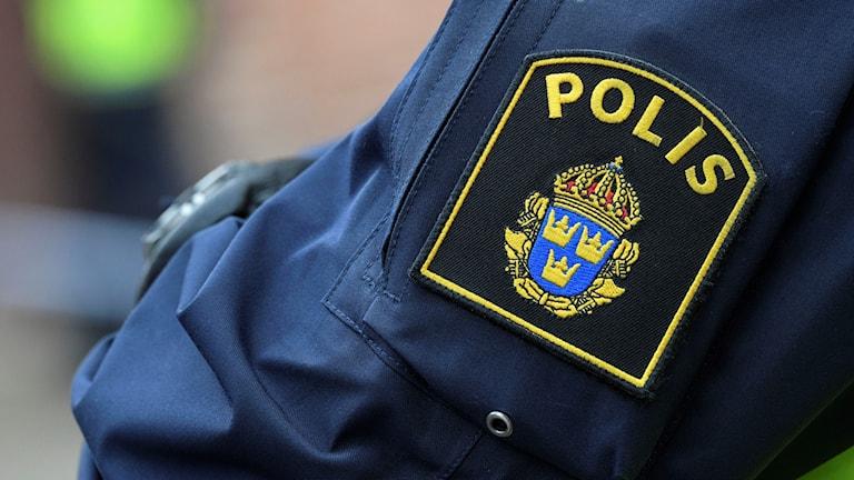 En polislogga på arm.