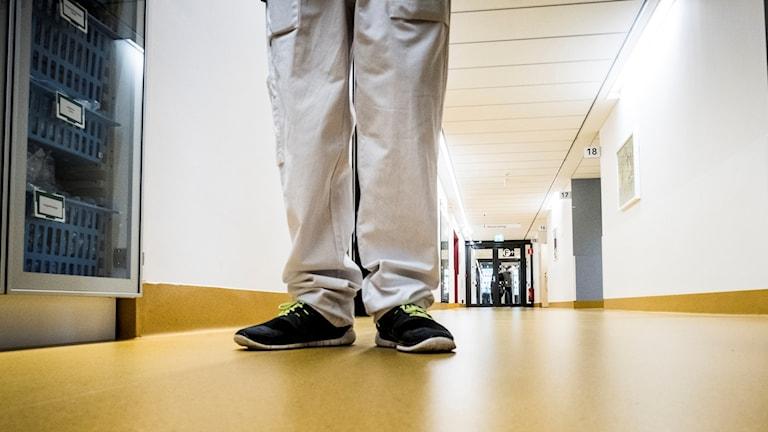 Anonym läkare i korridor.