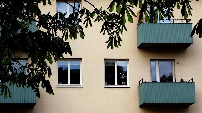 Gröna balkonger på ett hyreshus.