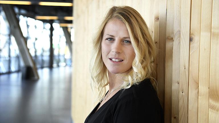 Jenni Asserholt i en hockeyarena.