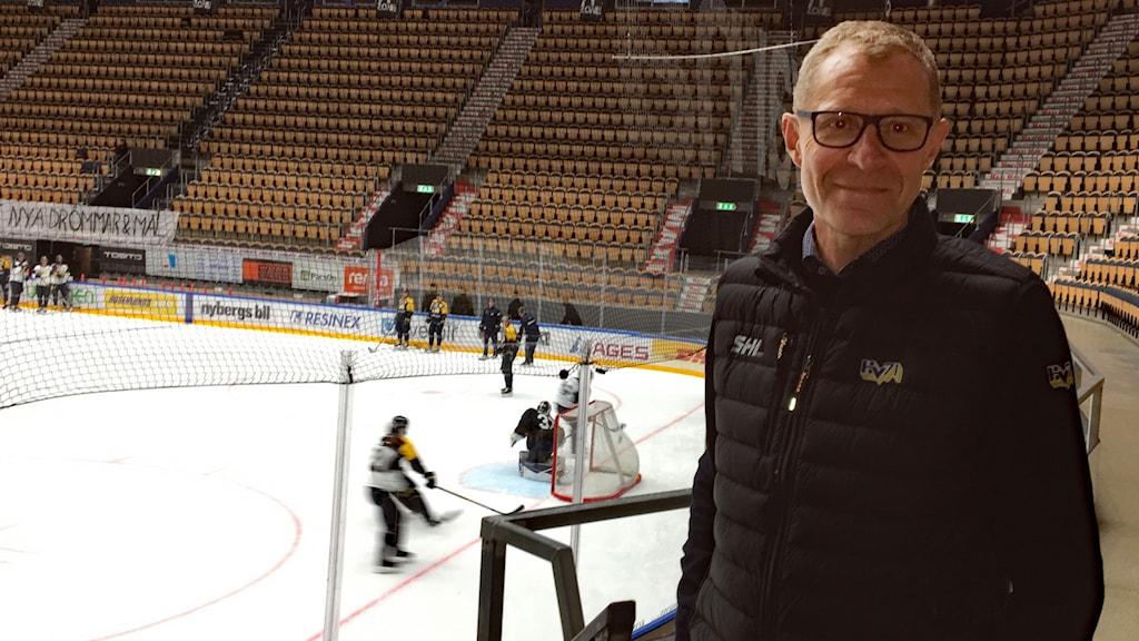 HV71:s klubbdirektör Agne Bengtsson står i en tom ishockeyarena medan laget tränar på rinken.