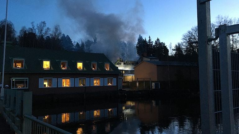Rökpelare vid Carlfors Bruk. Foto: Peter Olsson/Sveriges Radio