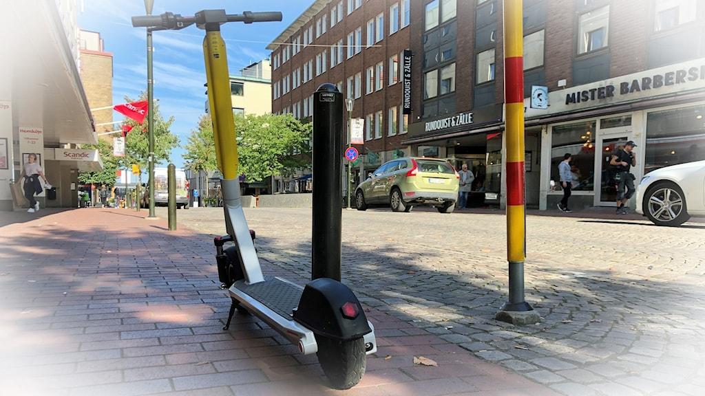 En elsparkcykel står parkerad på en gata i Jönköping.