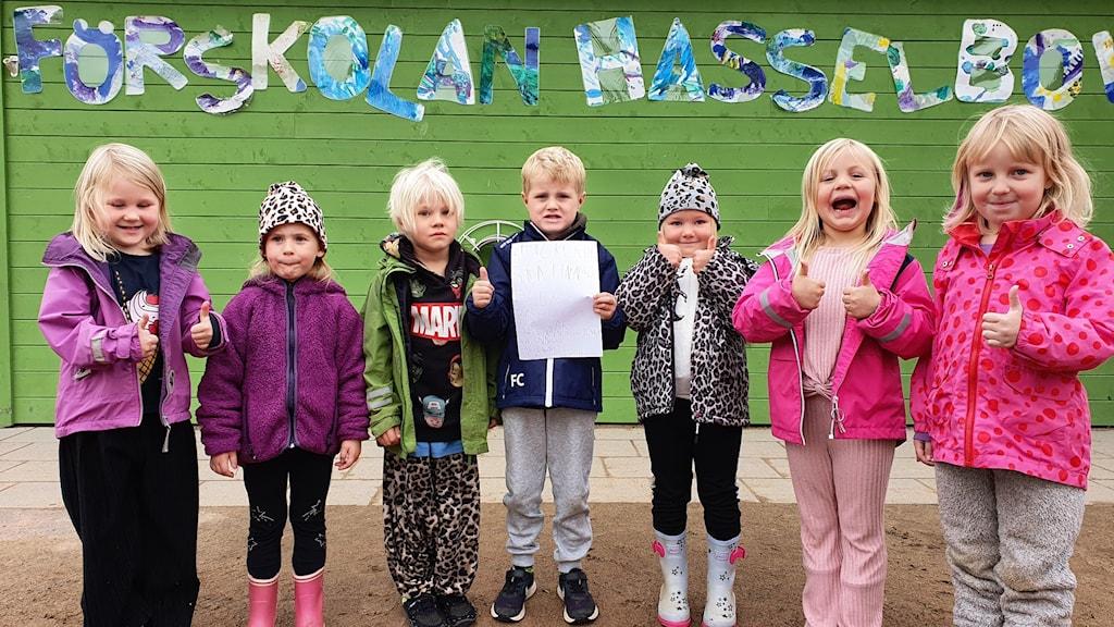 Barnen på förskolan Hasselbol är jublande glada över att deras medborgarförslag ska förverkligas. Foto: Aron Eriksson/Sveriges Radio.