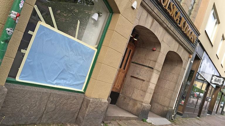 Krossat fönster vid Katolska kyrkan i Karlstad. Foto: Lars-Gunnar Olsson/Sveriges Radio.