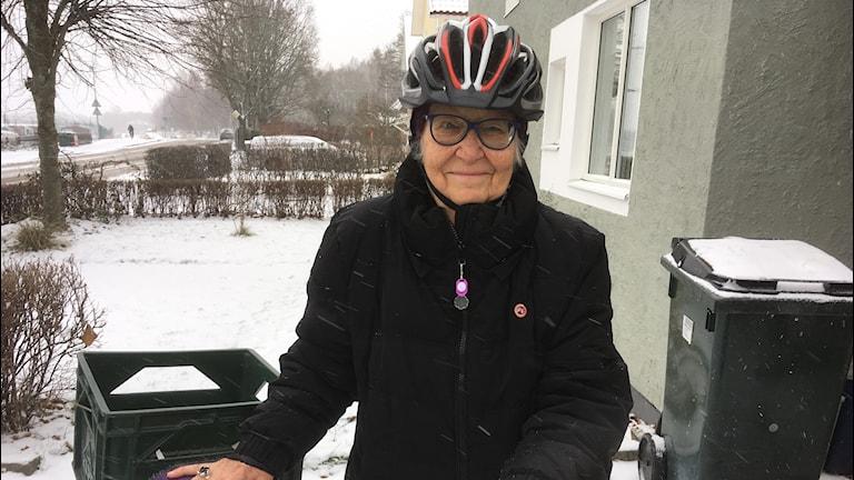 Britt-Inger Lindkvist med sin elcykel.