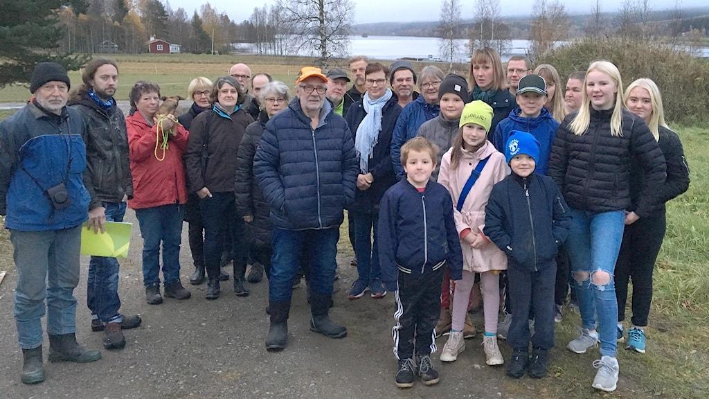 Boende vid sjön Grängen samlade för en gruppbild. Foto: Sara Lindroos/SVeriges Radio.