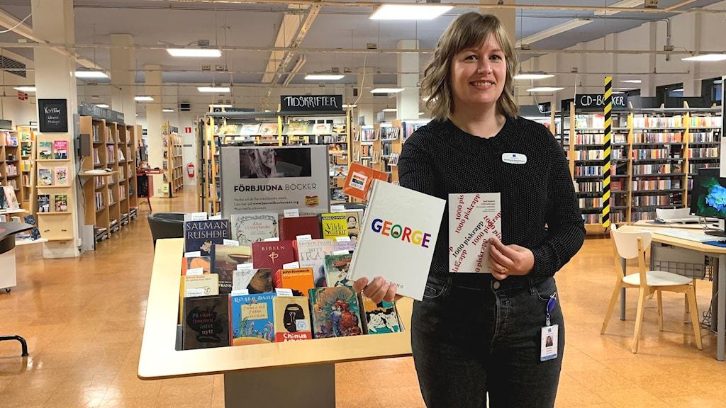 Karin Gustavsson håller i ett par böcker. Foto: Victoria Svärd Karlsson/Sveriges Radio.