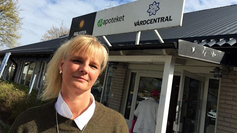 Maria Heggen, barnmorska, utanför vårdcentralen.