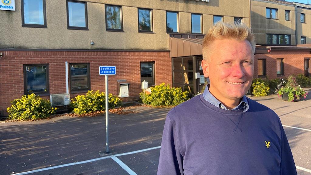 Daniel Schützer står framför Årjängs kommunhus. Foto: Per Larsson/Sveriges Radio.