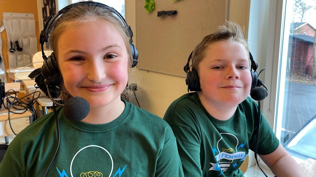Två femteklassbarn är glada efter att ha vunnit första kvartsfinalen i Vi i femman 2021