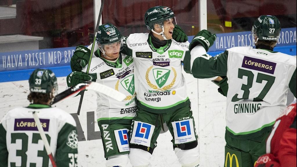 Färjestadspelare firar mål i segern borta mot Malmö