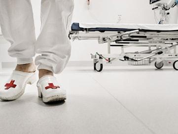 Psykotisk patient skadade vårdpersonal med tillhygge