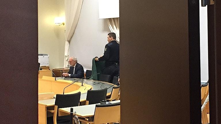 Bild in i en rättegångssal där advokat Lars Magnusson sitter till vänster. Foto: Louise Uhlin/Sveriges Radio.