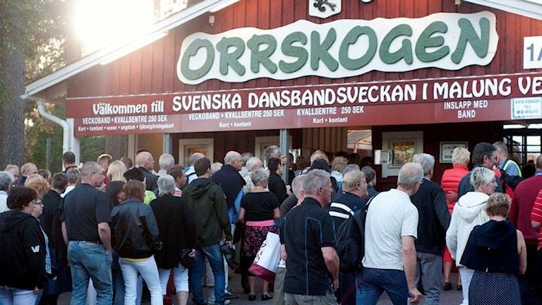Människor som köar in till Orrskogen i Malung där dansbandsveckan hålls.