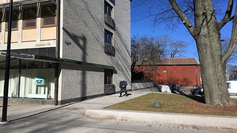 Karlstads kommun har idag öppnat upp för att ett mycket högt och smalt 16-våningshus kan få byggas i centrala Karlstad. Det handlar om gamla stadshustomten på Drottninggatan som kommunen sålde för ett år sen. Peter Kullgren är kristdemokratisk ordförande i statsbyggnadsnämnden: