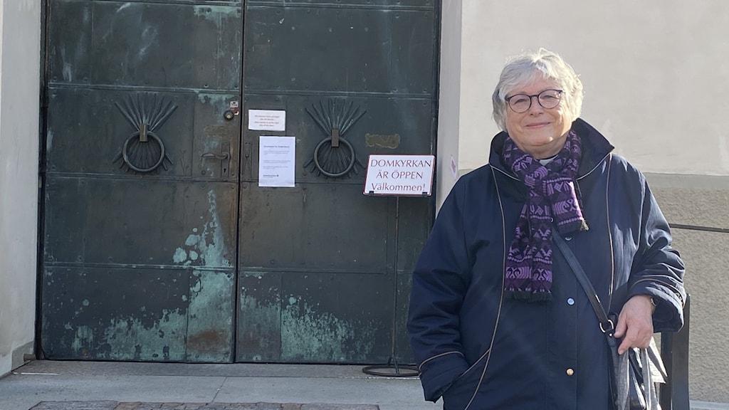 Kajsa Kvarned samordnare för jourhavande präst Karlstad stift framför Karlstad domkyrka